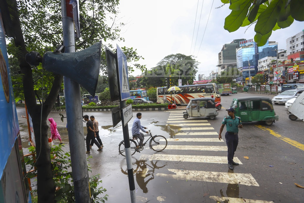 A loudspeaker is used on Manik Miah Avenue in Dhaka on Sunday to create public awareness about the new transport law. Photo: Asif Mahmud Ove