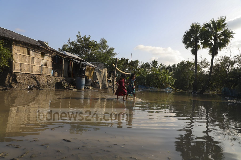 Shyamnagar Upazila's Gabura Union is inundated after storm surges breached the embankments during Cyclone Bulbul on Sunday. Photo: Mostafigur Rahman