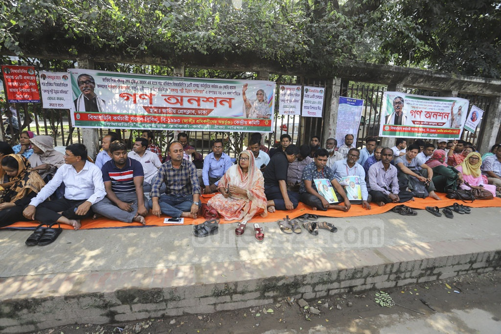 The Karmakarta Karmachari Oikya Parishad, a platform of employees and workers under a project of Bangladesh Rural Development Board, holds a rally in front of the National Press Club in Dhaka on Tuesday, urging the authorities to meet their seven-point charter of demands.