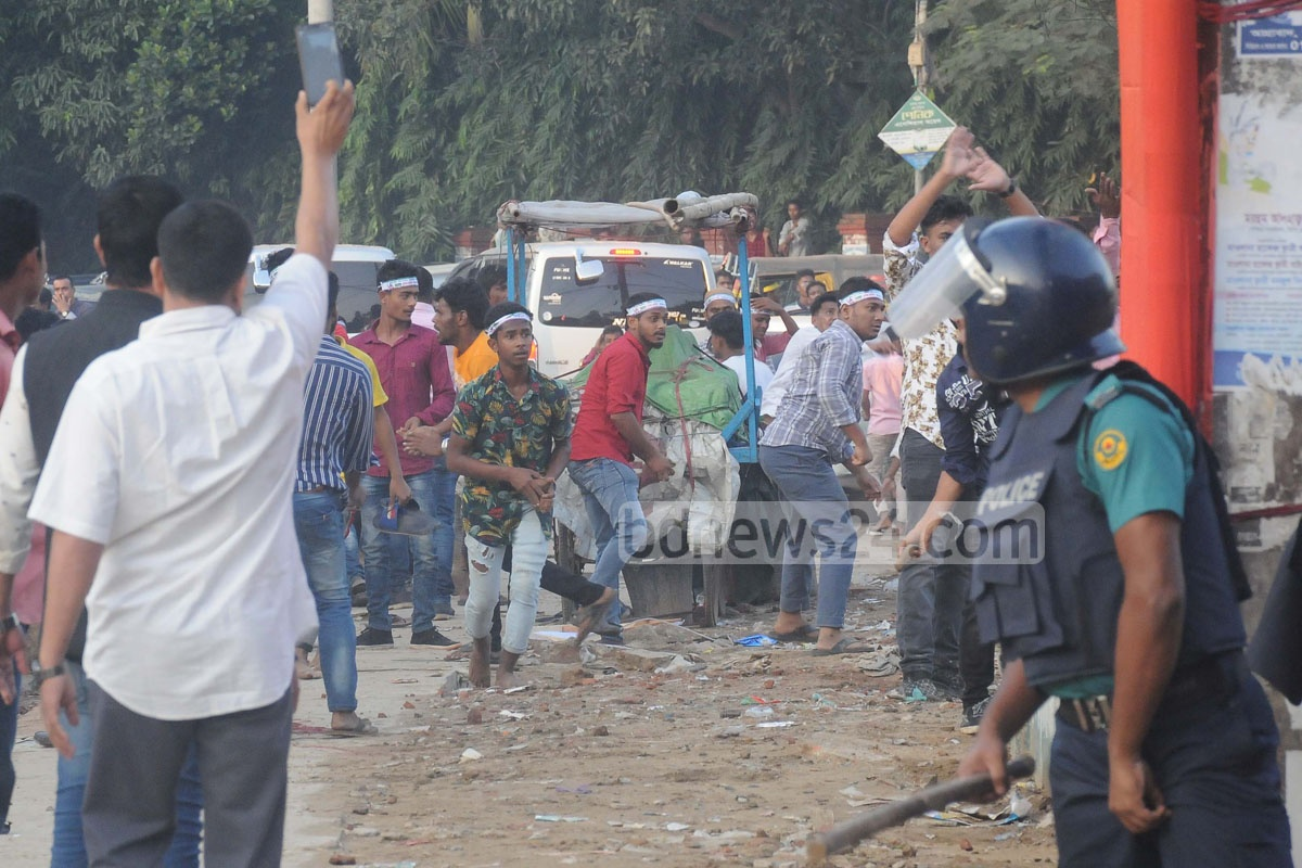 Rival groups of Jubo League's Chattogram Metropolitan unit clashed during an event marking the organisation's 47th anniversary at Laldighi Maidan in the port city on Tuesday. Photo: Suman Babu