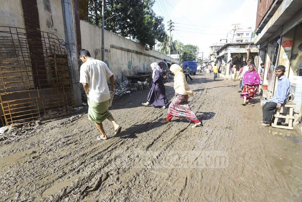 Pedestrians tiptoeing on a muddy street at Chandni Ghat near WASA Staff Quarter in Old Dhaka's Lalbagh. Photo: Asif Mahmud Ove
