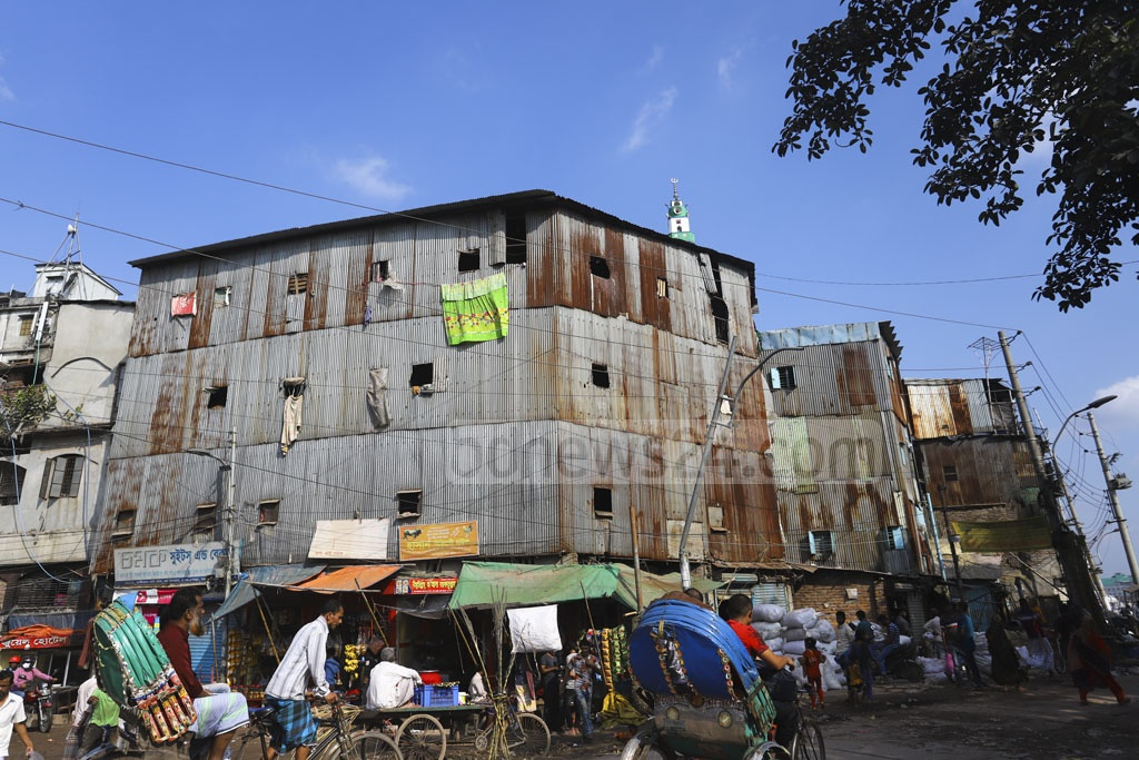People jeopardise their lives by taking up residence in a four-storey building made of wood and tin in Old Dhaka's Lalbagh. Photo: Asif Mahmud Ove