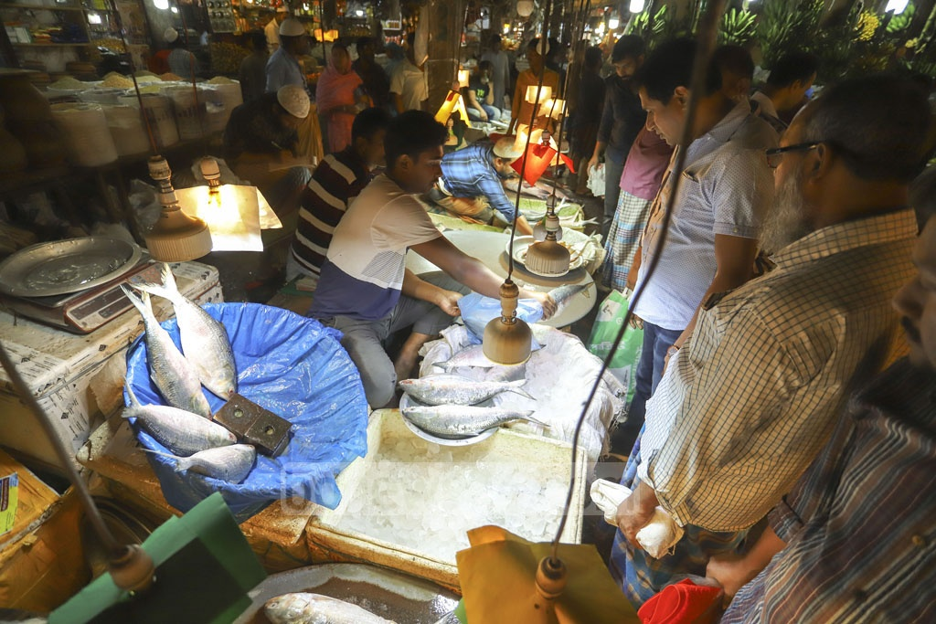 Traders at a kitchen market in Dhaka's Mirpur-6 are selling hilsa at Tk 800-1,000 a kg. Photo: Asif Mahmud Ove