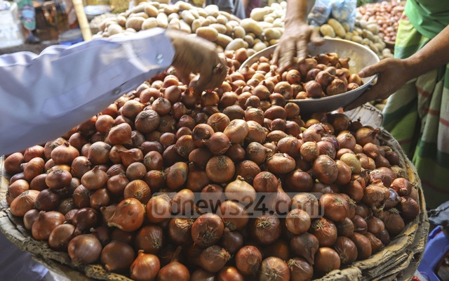 Onion was priced between Tk 210 and 230 at the kitchen market in Dhaka's Mirpur-6 on Friday. Photo: Asif Mahmud Ove