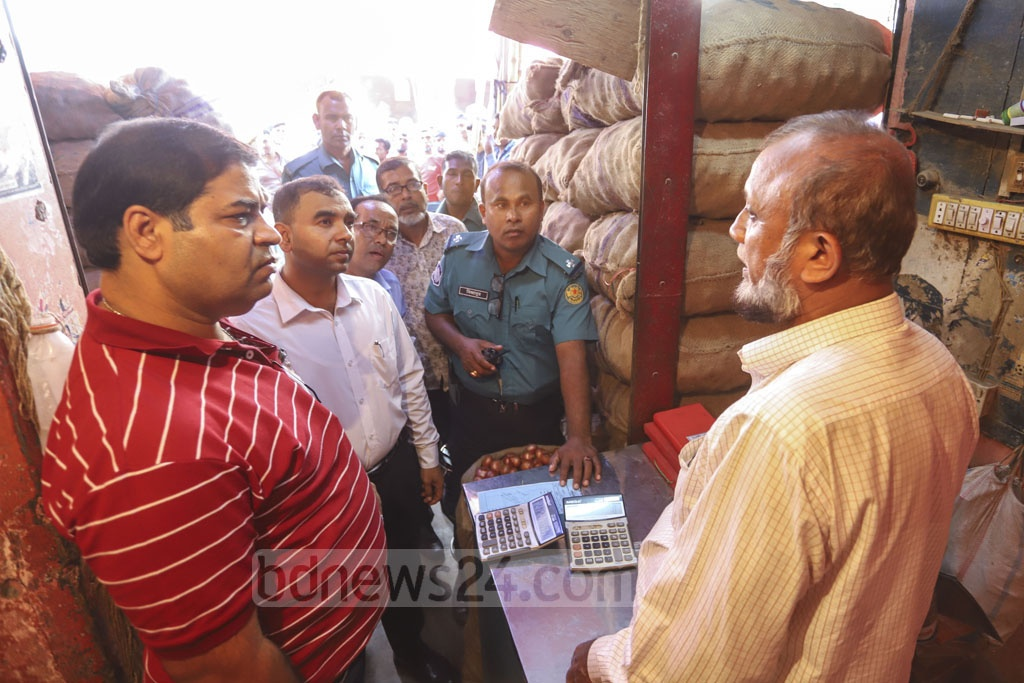 The Directorate of National Consumer Rights Protection conducted a mobile court drive on the wholesale onion market in Dhaka's Mirpur-1 on Friday amid soaring prices. Photo: Asif Mahmud Ove