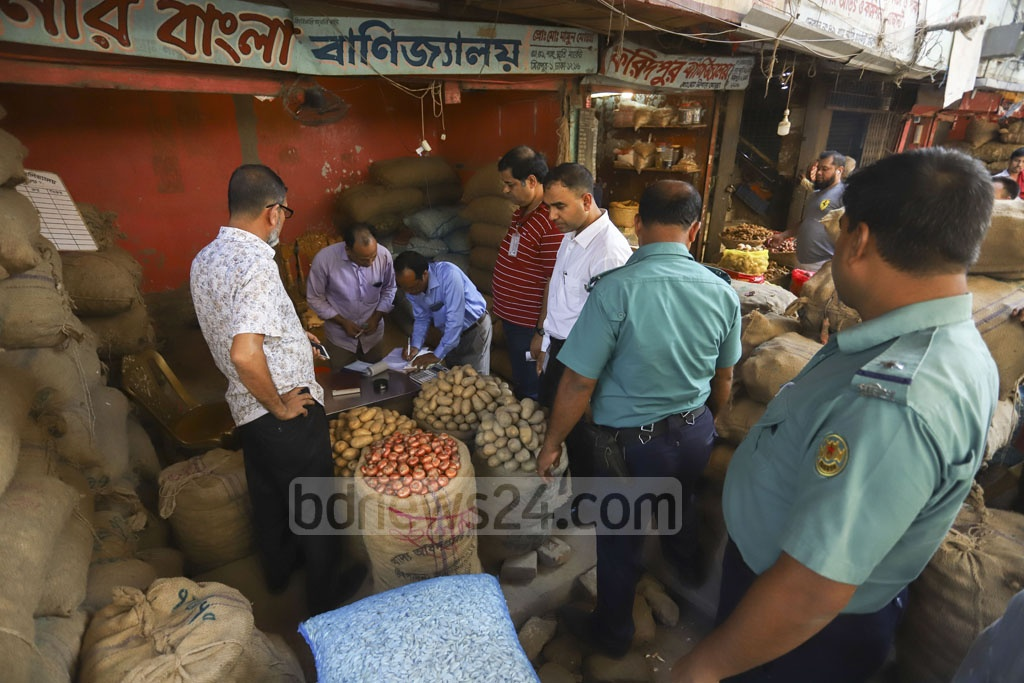 A mobile court of the Directorate of National Consumer Rights Protection fined a trader during a drive on the wholesale onion market in Dhaka's Mirpur-1 on Friday amid soaring prices. Photo: Asif Mahmud Ove
