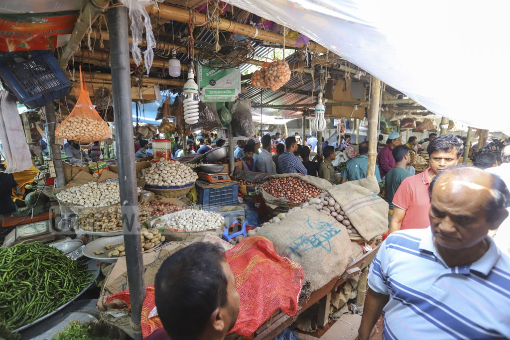 Many traders closed their shops during a mobile court drive by the Directorate of National Consumer Rights Protection on the Mirpur-6 kitchen market in Dhaka on Friday to keep onion prices down. Photo: Asif Mahmud Ove
