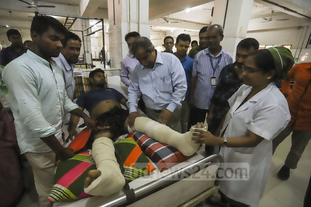A physician at the Pangu Hospital in Dhaka checks a man wounded in a train crash in Brahmanbaria's Kasba Upazila. Photo: Asif Mahmud Ove