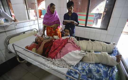 Suraiya Khatun, who sustained severe injuries in her both legs in a train accident in Brahmanbaria's Kasba Upazila on Nov 12, is undergoing treatment at the Pangu Hospital in Dhaka. Photo: Asif Mahmud Ove