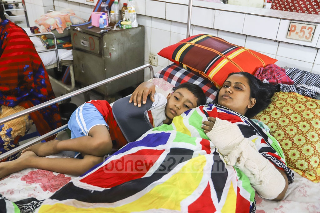 Najma Begum and her son Nafiz, who were injured and lost Najma's daughter Sohamoni in a train accident in Brahmanbaria's Kasba Upazila on Nov 12, are being treated at the Pangu Hospital in Dhaka where Najma's husband, injured in the same accident, has also been admitted. Photo: Asif Mahmud Ove