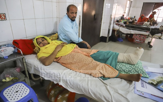 A woman, who was injured and lost her daughter and sister-in-law in a train accident in Brahmanbaria's Kasba Upazila on Nov 12, is undergoing treatment at the Pangu Hospital in Dhaka. Photo: Asif Mahmud Ove