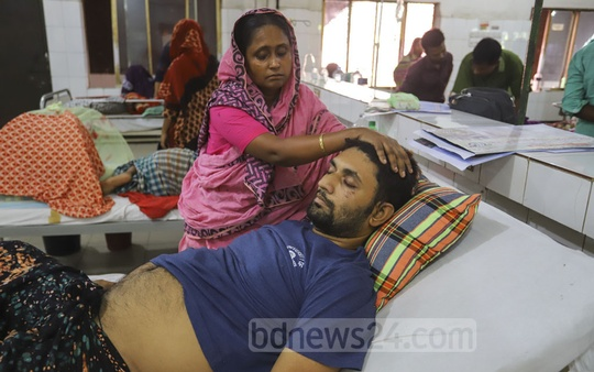 Mohin Ahmed Sohail, who was injured in a train accident in Brahmanbaria's Kasba Upazila on Nov 12, is receiving treatment at the Pangu Hospital where his wife, injured in the same accident, is also being treated. Photo: Asif Mahmud Ove