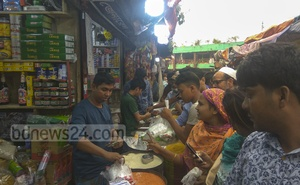 Customers thronged shops at Karwan Bazar in Dhaka to buy salt on Tuesday following rumours of a price hike.