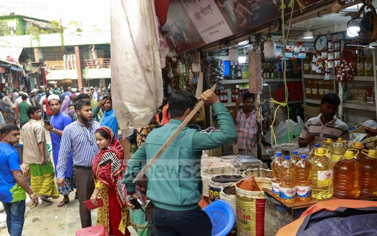 Police disperse a crowd of customers who gathered to buy salt at Karwan Bazar in Dhaka on Tuesday following price hike rumours.