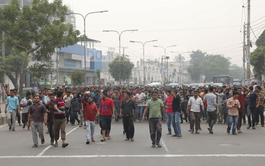 Truckers and workers of covered vans take out a rally in Dhaka's Tejgaon area on Tuesday to protest a new transport law that prescribes harsher punishment for traffic offences.