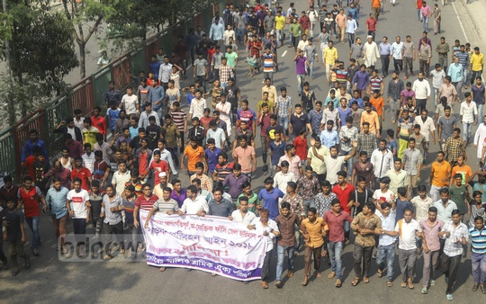 Truckers and covered-van drivers take out a rally in Dhaka's Tejgaon on Wednesday to protest against a new transport law that prescribes harsher punishment for traffic offences. Photo: Asif Mahmud Ove