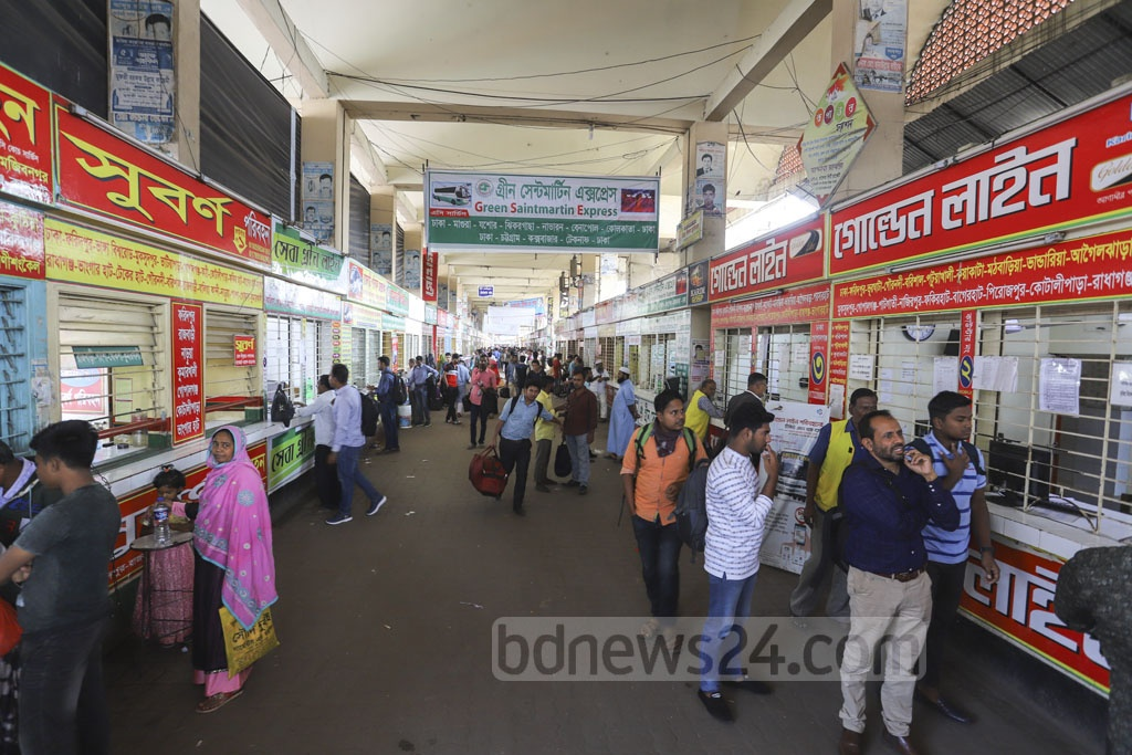 Passengers moving around bus ticket counters at Gabtoli in Dhaka, but most of them were found closed on Thursday. Photo: Asif Mahmud Ove