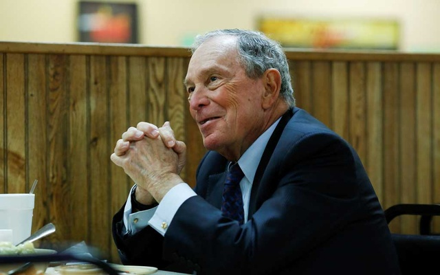 FILE PHOTO: Michael Bloomberg, the billionaire media mogul and former New York City mayor, eats lunch with Little Rock Mayor Frank Scott, Jr after adding his name to the Democratic primary ballot in Little Rock, Arkansas, US, November 12, 2019. REUTERS
