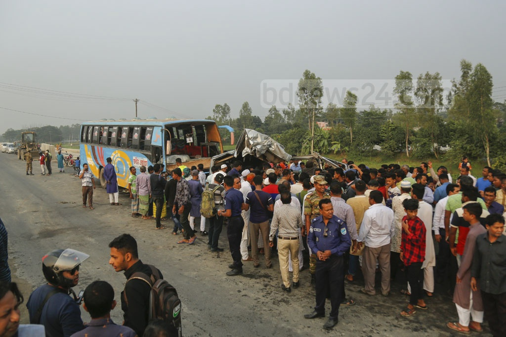Onlookers gather after a bus-microbus collision on the Dhaka-Mawa Highway in Munshiganj's Srinagar Upazila on Friday. Photo: Mahmud Zaman Ovi