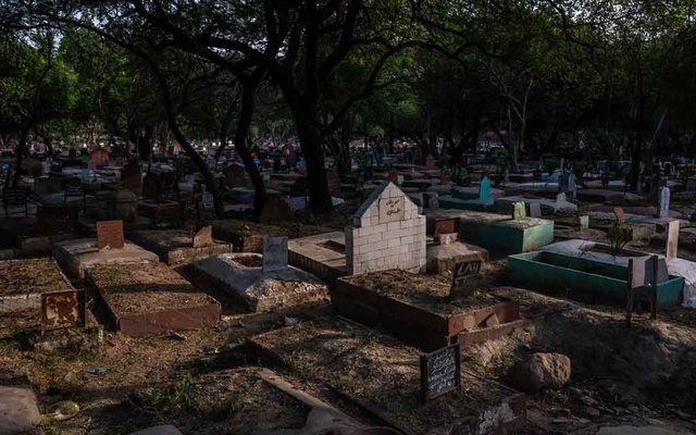 A cemetery in New Delhi where Prince Cyrus was buried as one of the unclamped dead, whose graves are marked only with chips of pink stone, June 9, 2019. For 40 years, journalists chronicled the eccentric royal family of Oudh, deposed aristocrats who lived in a ruined palace in the Indian capital — a tragic, astonishing story, but was it true? (Bryan Denton/The New York Times)