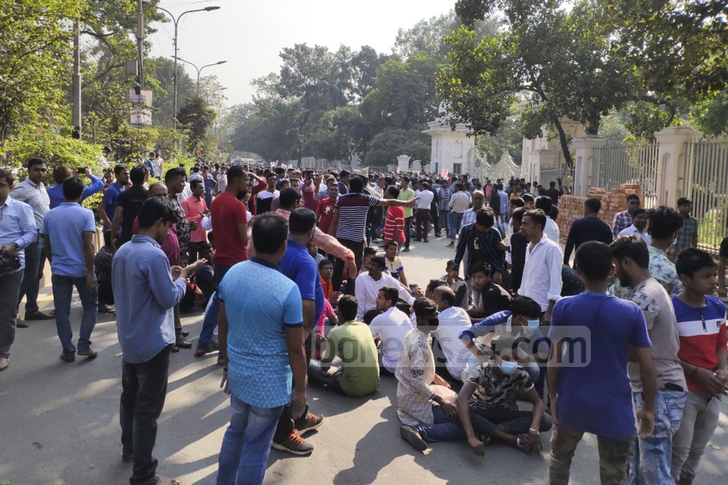 Activists of pro-BNP Jatiyatabadi Muktijuddha Dal blocked the road in front of the Supreme Court on Tuesday to demand the release of jailed BNP Chairperson Khaleda Zia. Photo: Asif Mahmud Ove