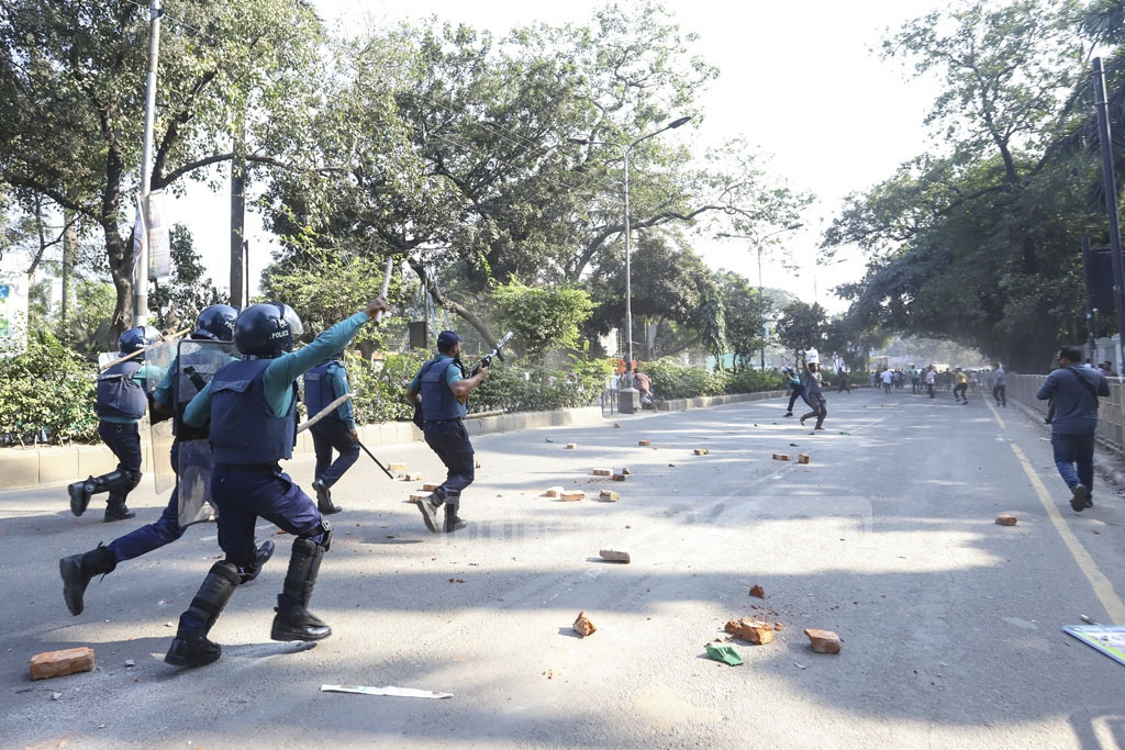 Activists of pro-BNP Jatiyatabadi Muktijuddha Dal clashed with police in front of the Supreme Court on Tuesday after blocking the road to demand the release of jailed BNP Chairperson Khaleda Zia. Photo: Asif Mahmud Ove