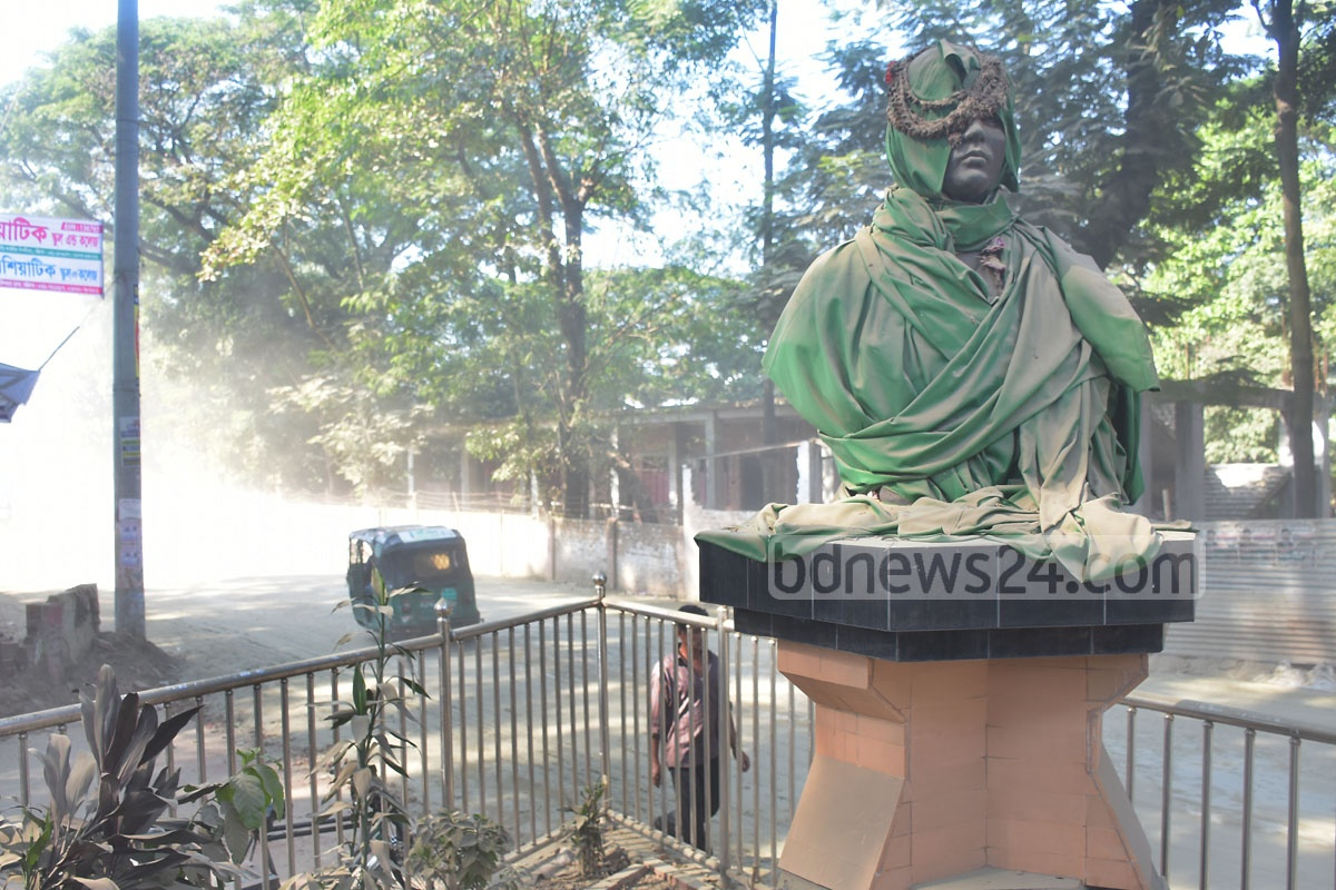 A layer of dust blankets the bronze sculpture of Pritilata Waddedar, an anti-British martyr, due to ongoing construction work in Chattogram's Pahartali area. Photo: Suman Babu