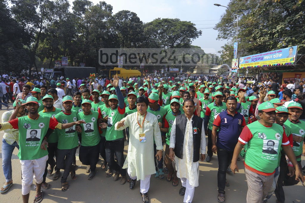 Activists march toward Dhaka's Suhrawardy Udyan to attend the council of Awami League's Dhaka South and North units on Saturday. Photo: Asif Mahmud Ove