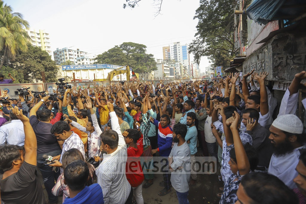 Police stopped members of Bangladesh Hawkers' Union when they tried to lay a seige to the Dhaka Metropolitan Police Commissioner's Office after a rally outside the National Press Club on Tuesday in protest against their eviction without rehabilitation. Photo: Asif Mahmud Ove