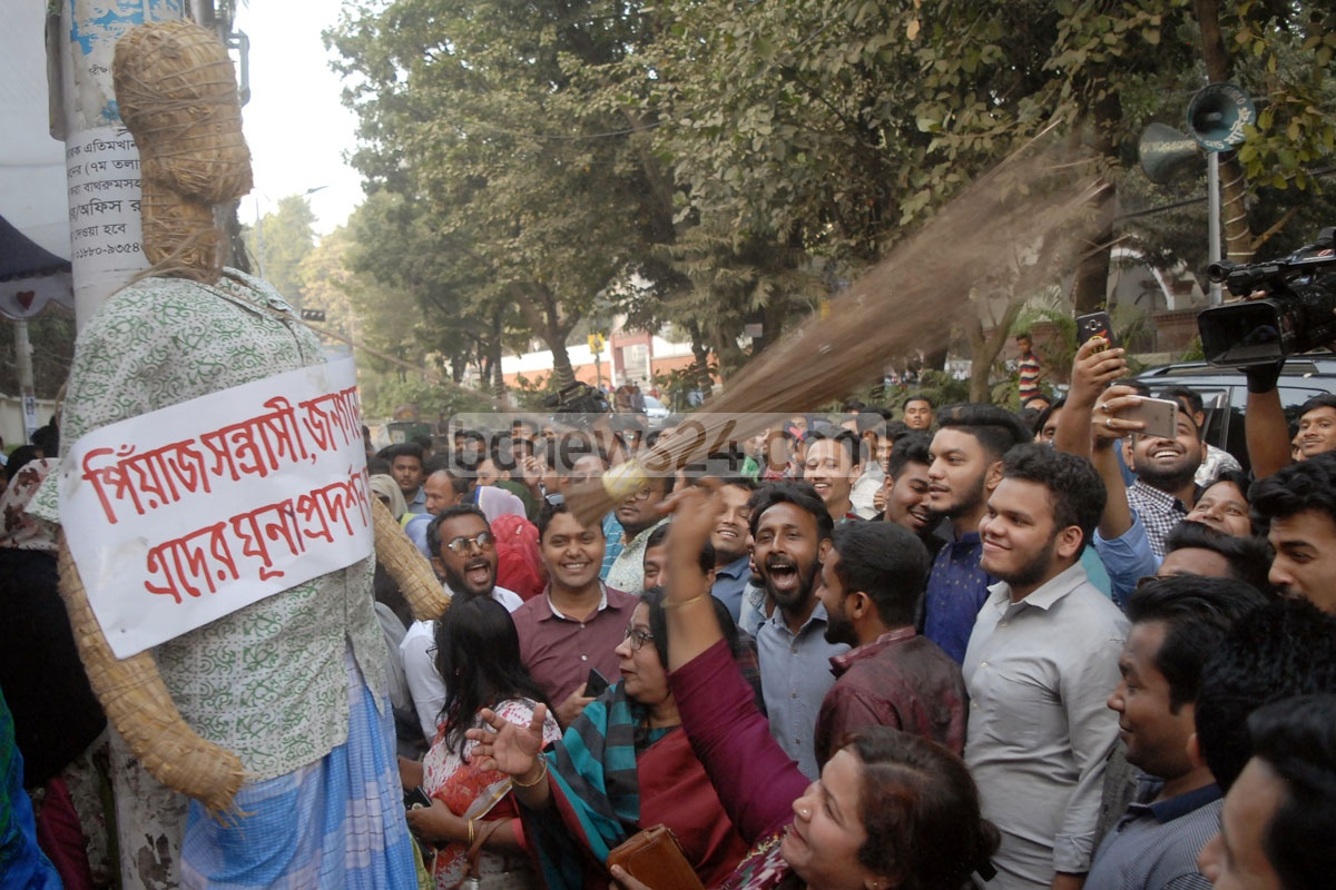 People beating an effigy in Chattogram on Tuesday in a symbolic demonstration of hate towards those responsible for onion price hike.
