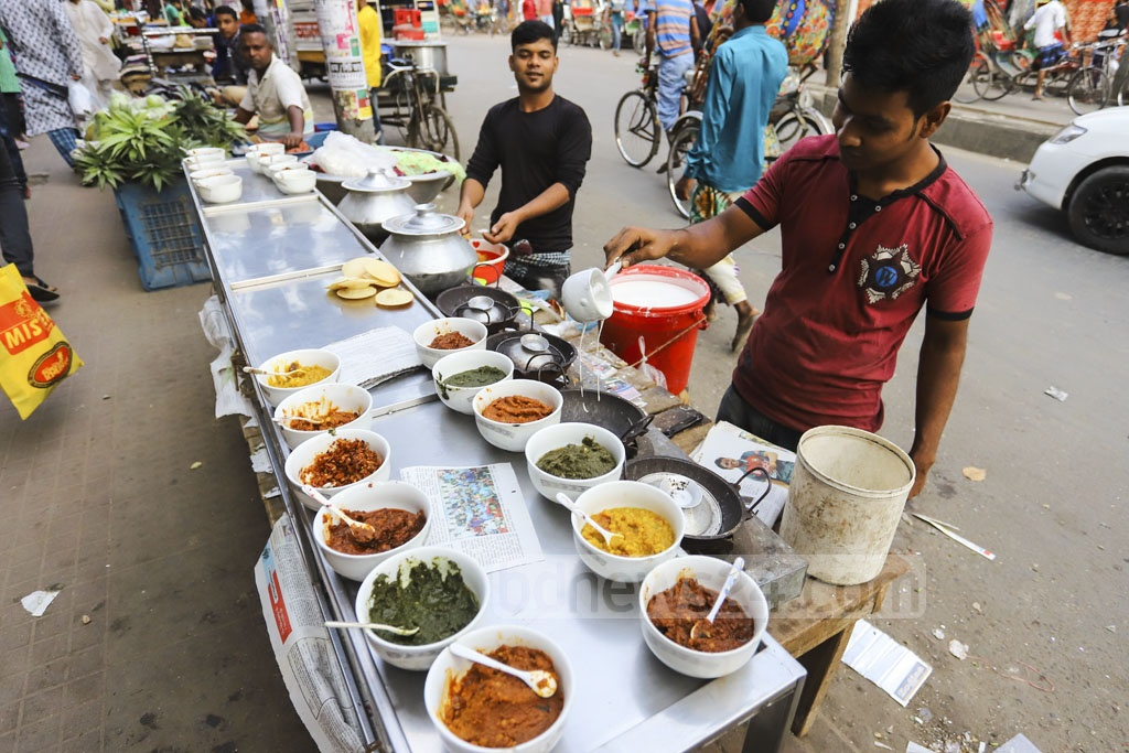 Street food vendors selling Chitai Pitha with different types of Bharta in Dhaka's Farmgate. Photo: Asif Mahmud Ove