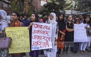 Teachers and students of Stamford University organise a human chain demonstration outside their Siddheswari campus in Dhaka on Saturday demanding justice for the alleged murder of Rubaiyat Sharmin Rumpa.