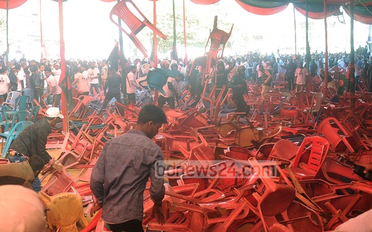 Supporters of two factions of the Awami League scuffled and hurled plastic chairs at each other during the party's Chattogram district north unit's council in Laldighi area on Saturday. Photo: Suman Babu