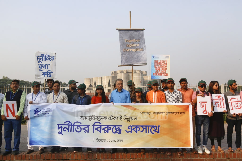 Iftekharuzzaman, executive director of Transparency International, Bangladesh or TIB, addressing an anti-corruption human-chain programme on Manik Miah Avenue in Dhaka on the eve of the International Anti-Corruption Day on Sunday. Photo: Mahmud Zaman Ovi