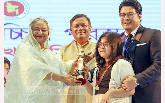 Ferdous Ahmed receiving the best actor award of 2018 for his role in the movie 'Puttro' during the National Film Awards ceremony at the Bangabandhu International Conference Centre in Dhaka on Sunday. Photo: Saiful Islam Kallol