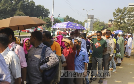 People of all ages stood in long queues at Khamarbari intersection in Dhaka on Sunday for the TCB onion up for sale at Tk 45 a kg. Photo: Asif Mahmud Ove