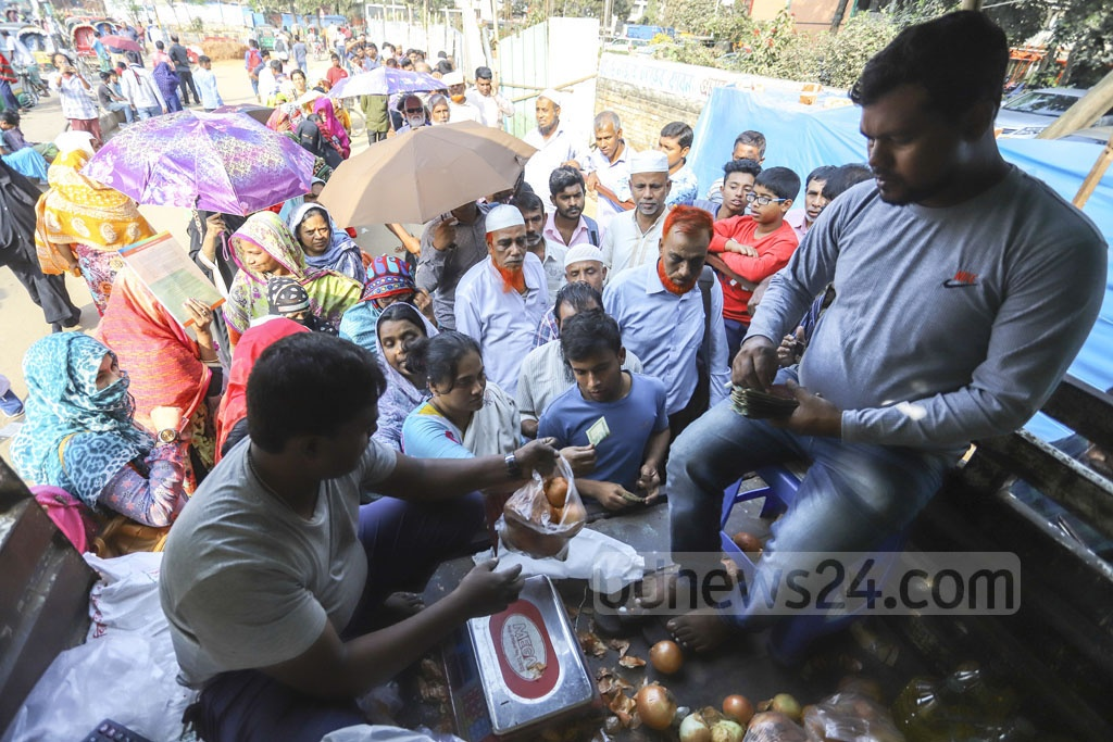 TCB offers one person only one kilogram onion at Tk 45 at the Khamarbari intersection in Dhaka. Photo: Asif Mahmud Ove