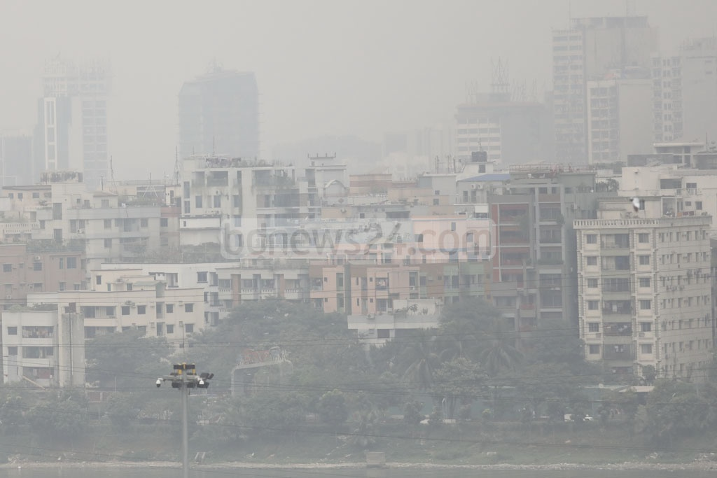 Early winter smog covers Dhaka skies on Monday, as seen in Gulshan. Photo: Mostafigur Rahman