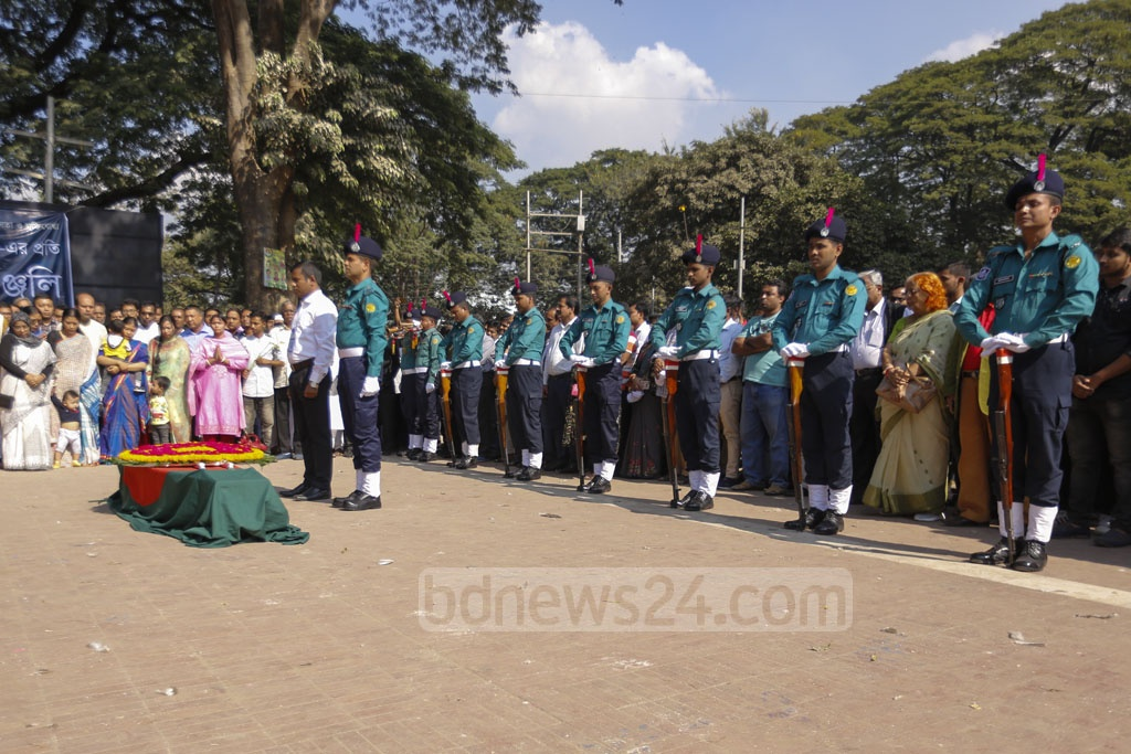 Police gave Ekushey Padak-winning freedom fighter and physicist Professor Ajoy Roy a guard of honour at the Central Shaheed Minar in Dhaka on Tuesday. Photo: Mahmud Zaman Ovi