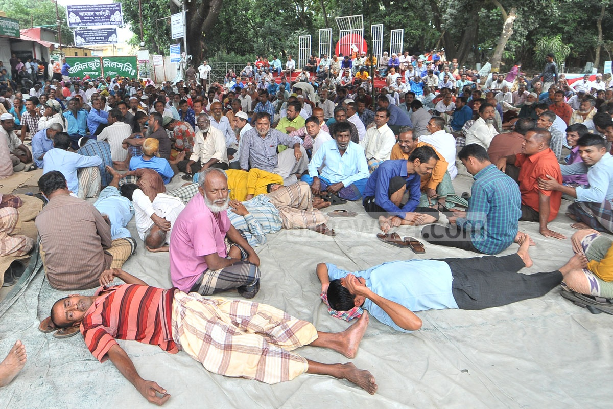 Workers begin a hunger strike threatening to fast until death for an 11-point charter of demand, including implementation of a wage commission, in the Amin Jute Mills area in Chattogram on Tuesday. Photo: Suman Babu