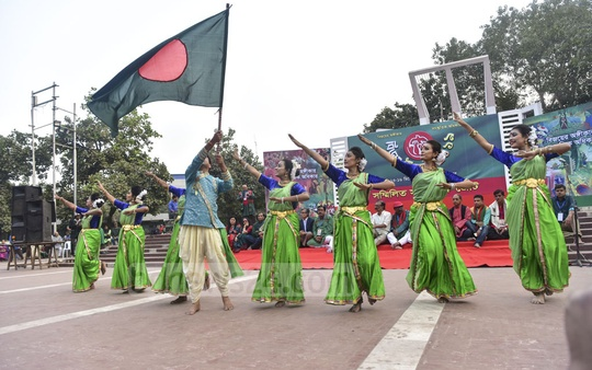 Sammilita Sangskritik Jote, a platform of cultural organisations, performing a cultural function marking the Victory Day at the Central Shaheed Minar in Dhaka on Friday. Photo: Asif Mahmud Ove
