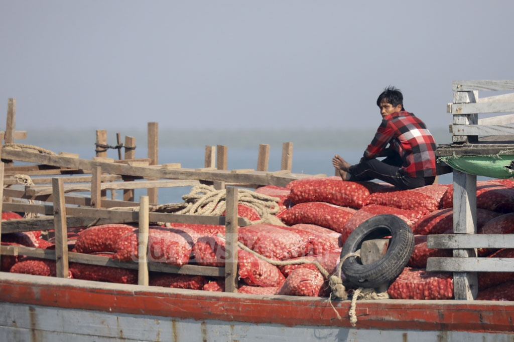 Large shipment of onion imports are arriving everyday from Myanmar to offset the ongoing crisis of the kitchen ingredient in Bangladesh. Photo: Mostafigur Rahman