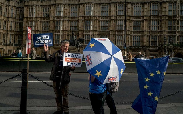 Demonstrators on opposite sides of the Brexit divide talk outside Parliament in London, Dec 4, 2018. Prime Minister Boris Johnson's landslide election victory clarifies British politics in one important respect: Efforts to reverse the Brexit referendum are now dead. But on what terms Britain will leave the European Union remain unclear, perhaps even more so now. The New York Times