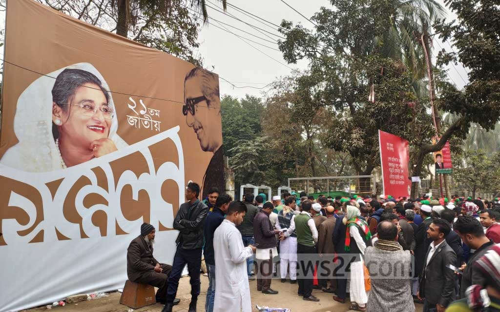 Grassroots leaders and activists of the Awami League gather at Dhaka University's TSC ahead of the party's national council at the Suhrawardy Udyan on Friday. Photo: Asif Mahmud Ove