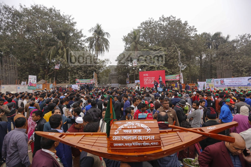 Grassroots leaders and activists of the Awami League gather at Dhaka University's TSC ahead of the party's national council at the Suhrawardy Udyan on Friday. Photo: Mahmud Zaman Ovi