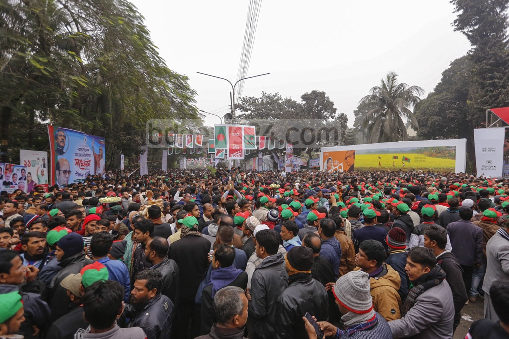 Awami League councilors wait for the announcement of the party's new committee at Dhaka's Institute of Engineers, Bangladesh on Saturday. Photo: Mahmud Zaman Ovi