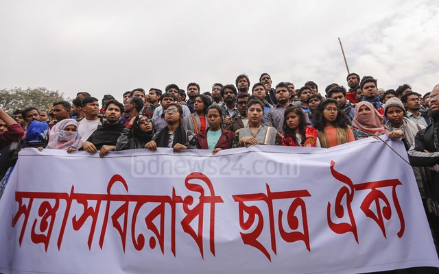 Students demonstrate at the altar of the Raju Memorial Sculpture on the Dhaka University campus on Monday, protesting attacks on DUCSU VP Nurul Haque Nur and others. Photo: Mahmud Zaman Ovi