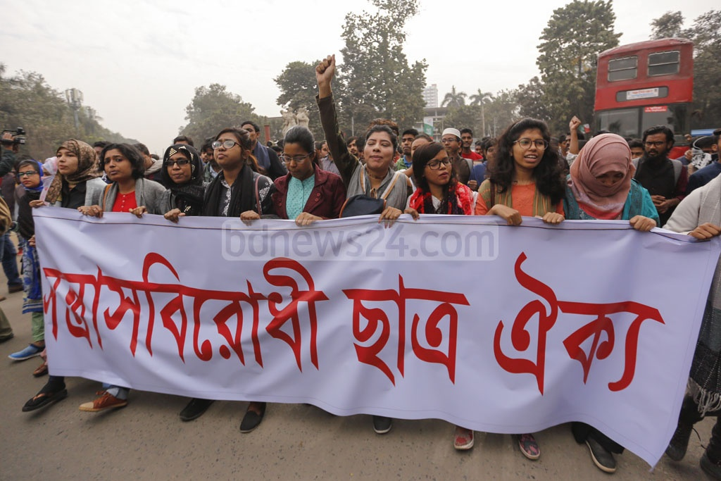 A group of students took out a procession on the Dhaka University campus protesting attacks on DUCSU VP Nurul Haque Nur and others on Monday, holding a banner. Photo: Mahmud Zaman Ovi