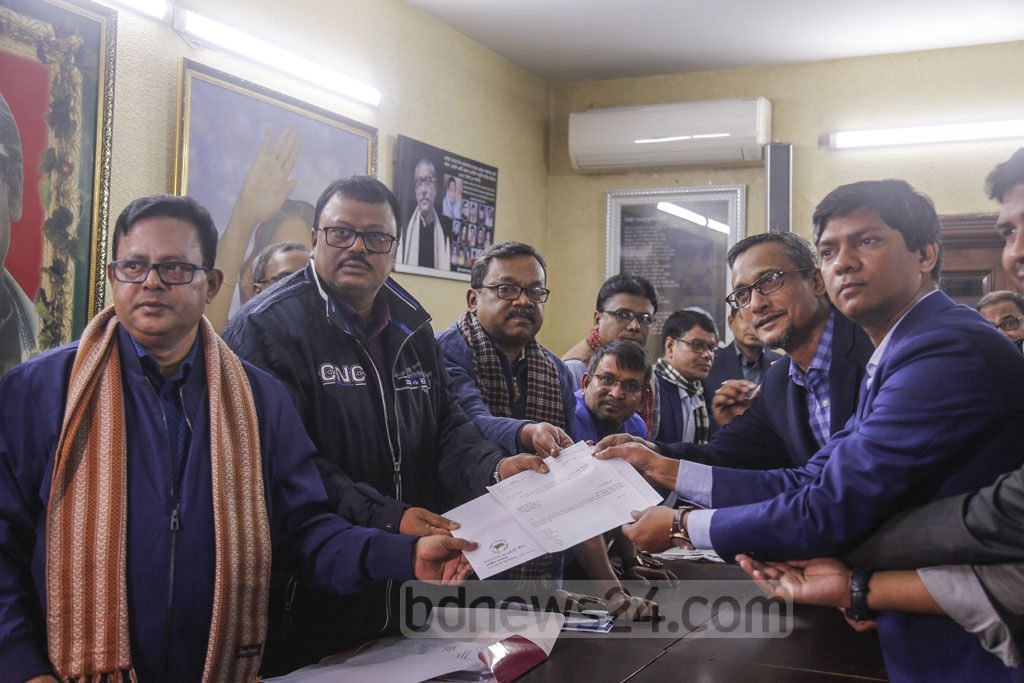 Saifuddin Emon, political secretary to the incumbent Mayor Atiqul Islam, collects nomination paper for DNCC polls from the Awami League chief's offices in Dhanmondi of behalf of Atiqul on Wednesday. Photo: Mahmud Zaman Ovi