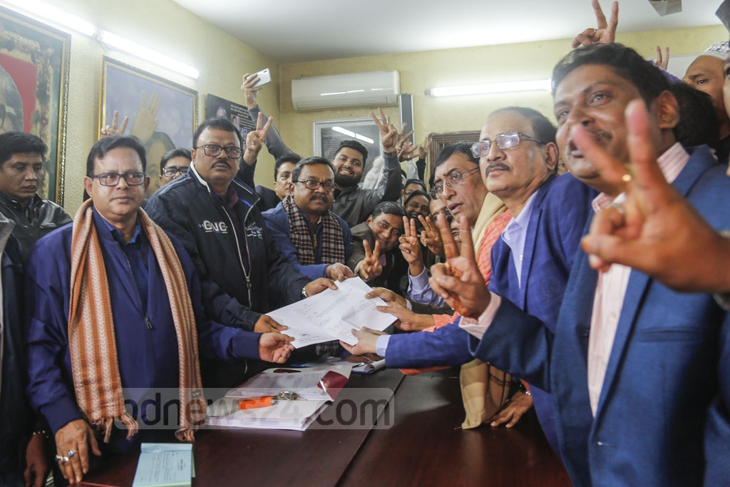 Morshed Kamal, former organising secretary of Awami League's Dhaka South unit, collects nomination paper for DNCC polls from the AL chief's offices in Dhanmondi on behalf of Fazle Nur Tapash on Wednesday. Photo: Mahmud Zaman Ovi